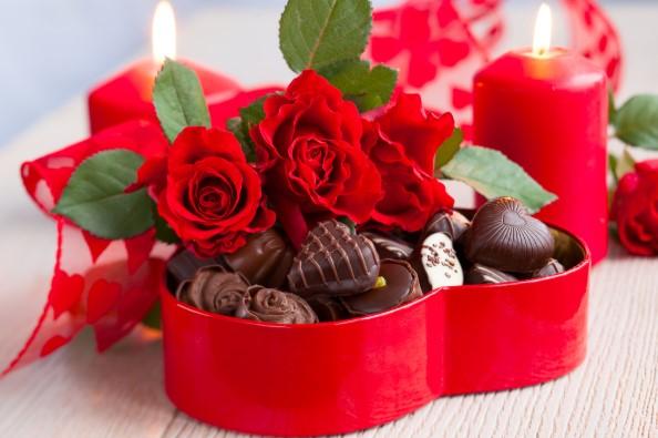 Valentine lãng mạn ấm cúng với chocolate và hoa - H4