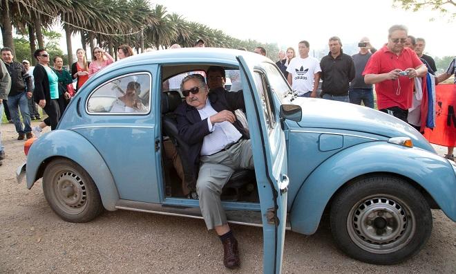 Ông Mujica bước ra từ chiếc xe Volkswagen Beetle 1987 cũ kỹ màu xanh. (Ảnh: AP)
