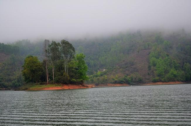 """Với rất nhiều đảo nổi lớn nhỏ, khung cảnh thiên nhiên hoang sơ hoàn toàn chưa có tác động của bàn tay con người. Ít ai biết rằng, đây chính là nơi nhạc sỹ Phó Đức Phương đã cảm tác viết nên ca khúc nổi tiếng """"Hồ trên núi"""""""