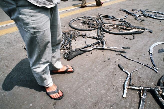 Những chiếc xe đạp của sinh viên bị xe tăng cán phẳng lì trên quảng trường