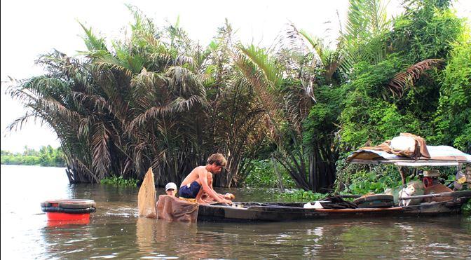Phận đời 'săn' trùn chỉ trên sông Sài Gòn - H3
