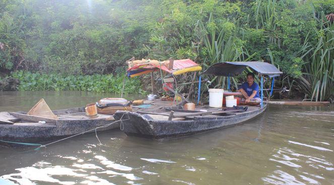 Phận đời 'săn' trùn chỉ trên sông Sài Gòn - H5