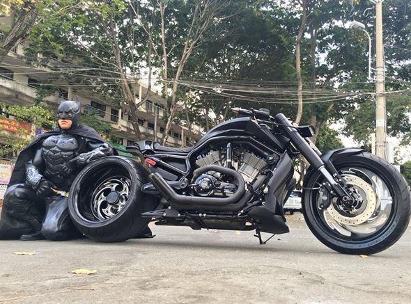 Chiếc mô tô cực chất cùng bộ quần áo độc đáo của anh khiến nhiều người thích thú