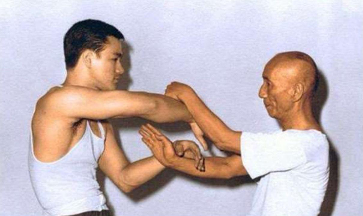 Lý Tiểu Long luyện võ với sư phụ Diệp Vấn