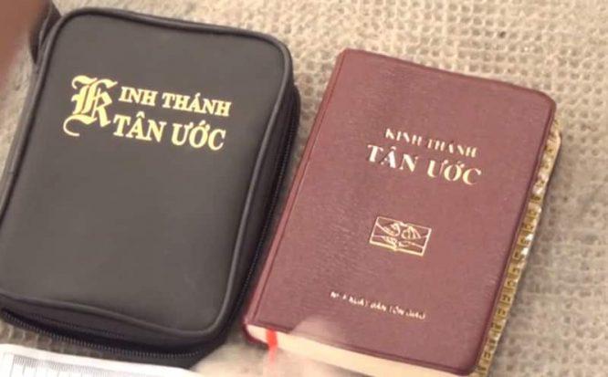 Hai cuốn Kinh Thánh Tân ước được tìm thấy trong chiếc xe của các nghi phạm.