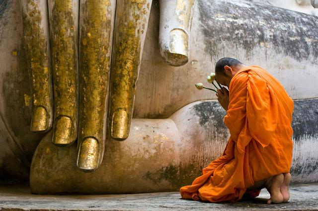 Vác lễ nặng trèo núi cao lên chùa thiêng vì sao vẫn không được Thần Phật phù hộ? - ảnh 2