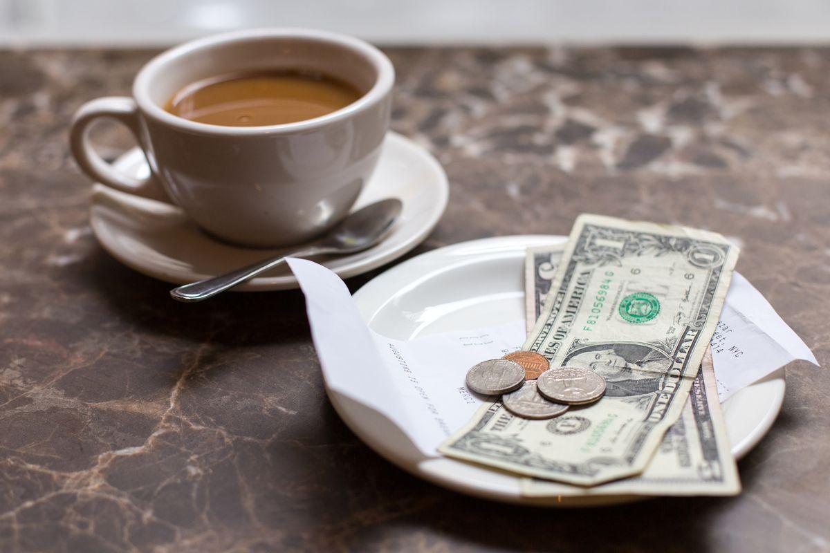 Tại sao chúng ta nên tự trả tiền khi đi ăn uống?