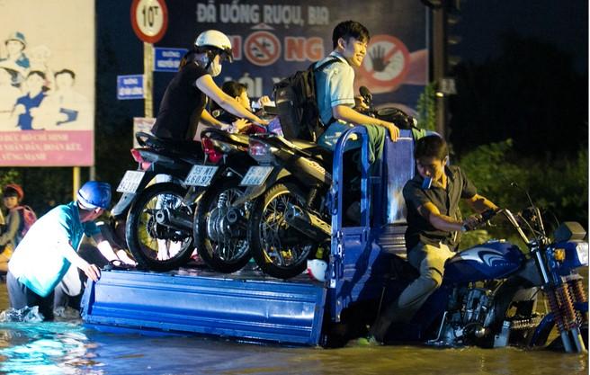 Đường Sài Gòn ngập: Xe ba gác bỗng dưng đắt khách -H11