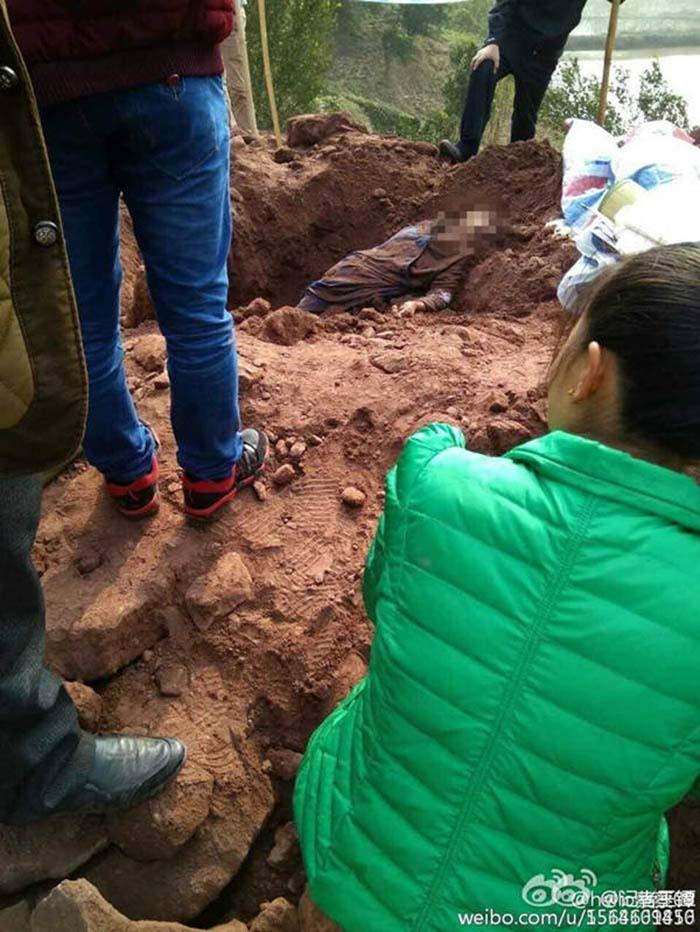 Ngăn cản cưỡng chế thu hồi đất, bà lão bị tài xế xe ủi chôn sống và cán chết - ảnh 4
