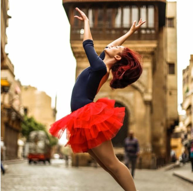 """""""Ballerinas Cairo"""" đăng tải hình ảnh về nhiềunơi ở Cairo từ các góc độ khác nhau mà hầu hết chúng ta chưatừng nhìn thấy trước đó với các vũ công ba lêtài năng nhất nhảy múa trên khắp thủ đô Ai Cập"""