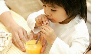 Từ ly nước cam đắng ngắt ngẫm nghĩ về sự kiêu ngạo của thế hệ người lớn ngày nay