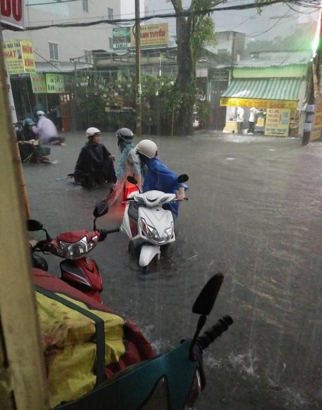 Người mẹ hớt hải lội nước ngập tìm con bị thất lạc trong trận mưa kinh hoàng ở Sài Gòn.2