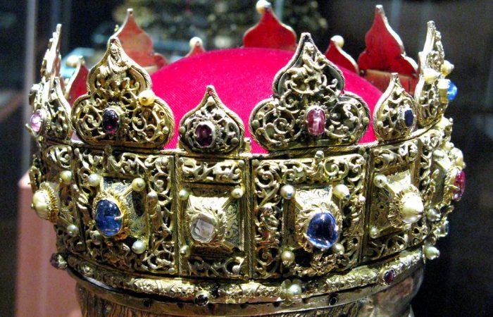 Mũ vàng vua Nguyễn lọt top vương miện quyền lực nhất thế giới.3