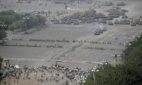Xe tăng tiến vào Thiên An Môn.