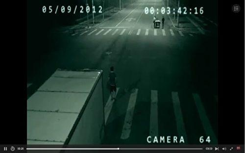 Video: Tia chớp thần bí đột nhiên xuất hiện cứu mạng người lái xe bán hàng rong - ảnh 2