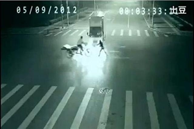 Video: Tia chớp thần bí đột nhiên xuất hiện cứu mạng người lái xe bán hàng rong - ảnh 1