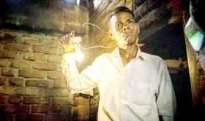 """Người đàn ông có khả năng """"nuốt trôi"""" dòng điện 1.100 volt mà không hề hấn gì"""