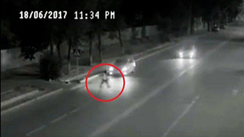 Video: Cô bé thoát chết kỳ diệu trước đầu xe hơi nhờ một 'Superman' - ảnh 1