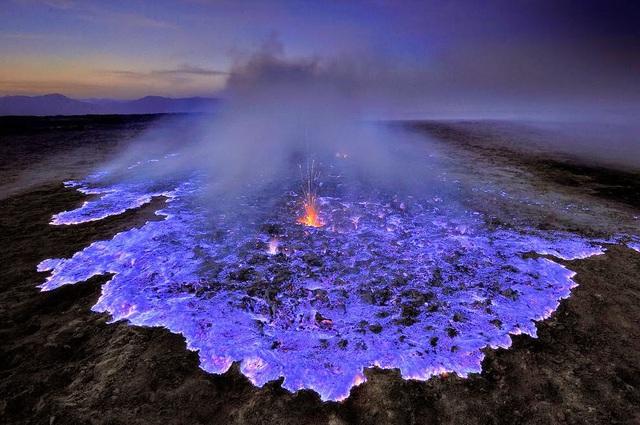 Những hiện tượng thiên nhiên kỳ lạ và hiếm gặp tới mức cả đời chưa chắc bạn được chứng kiến - nham thạch xanh tím