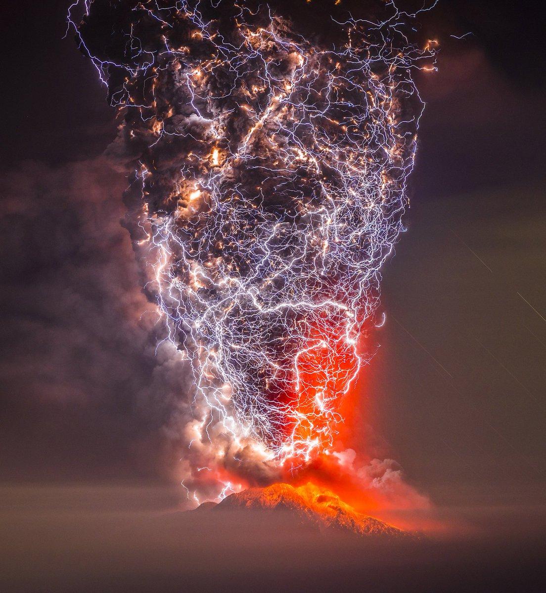 Những hiện tượng thiên nhiên kỳ lạ và hiếm gặp tới mức cả đời chưa chắc bạn được chứng kiến - sét núi lửa