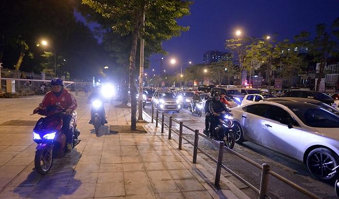 Tuy nhiên cũng có trường hợp cố tình vi phạm vào buổi tối khi cảnh sát giao thông đang mải phân luồng. (Ảnh: Zing)