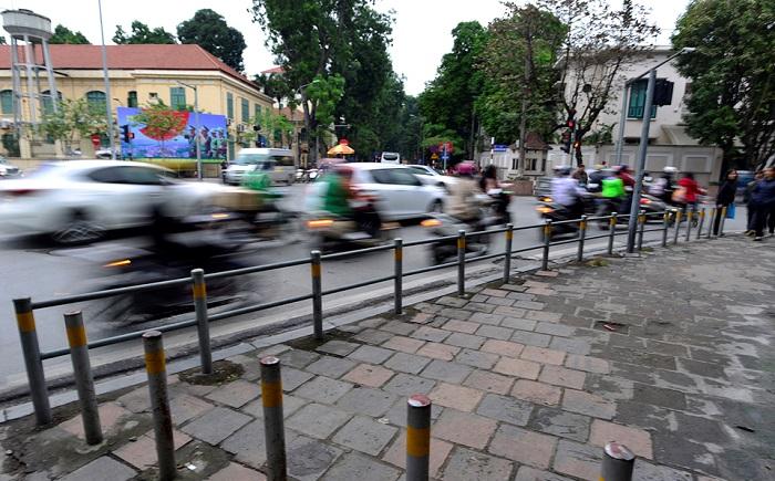 Hà Nội lắp thêm hàng rào trên vỉa hè để ngăn xe máy.1