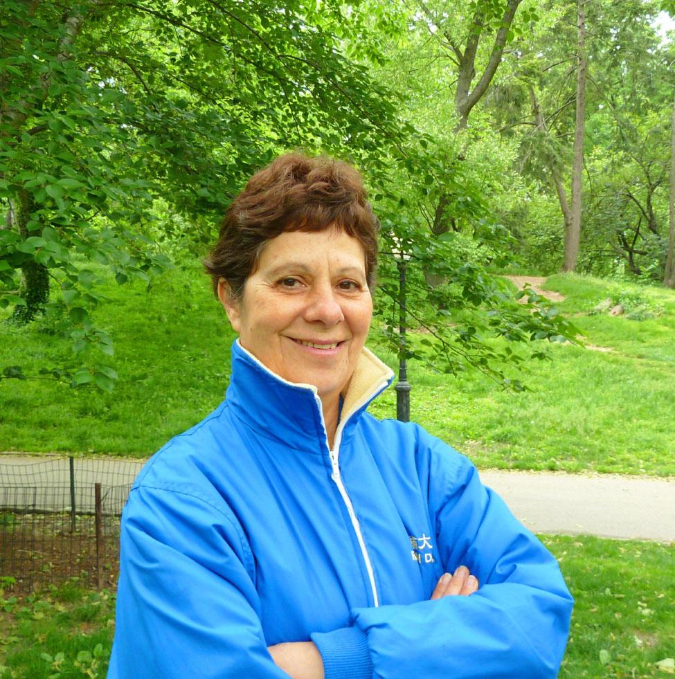 Cô Nadia Ghattas tại một sự kiện Pháp Luân Công ở New York. (Ảnh do tác giả cung cấp)