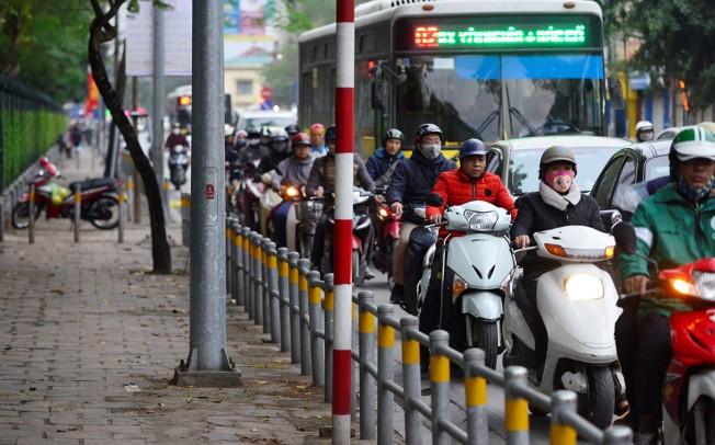 Do đó vào giờ cao điểm, ùn tắc, đoạn đường này không có tình trạng xe máy và xe đạp phóng lên vỉa hè