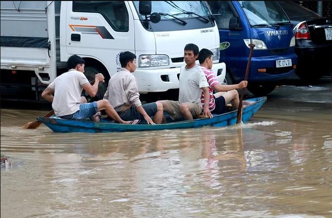 Mưa lớn TP. Nha Trang bị ngập nặng.1