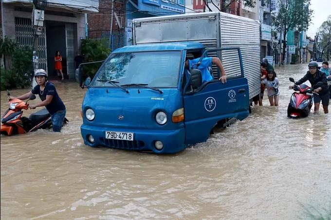 Mưa lớn TP. Nha Trang bị ngập nặng.2