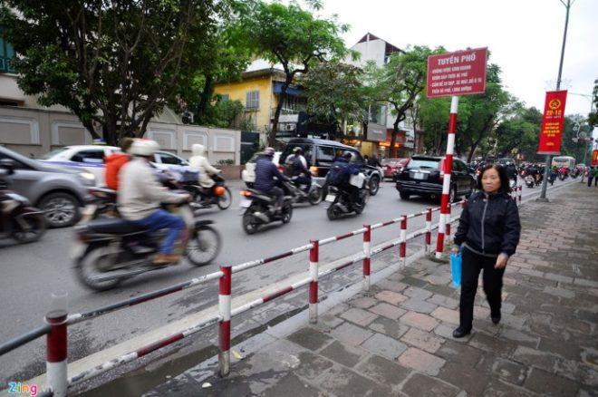 Hà Nội lắp thêm hàng rào trên vỉa hè để ngăn xe máy.32