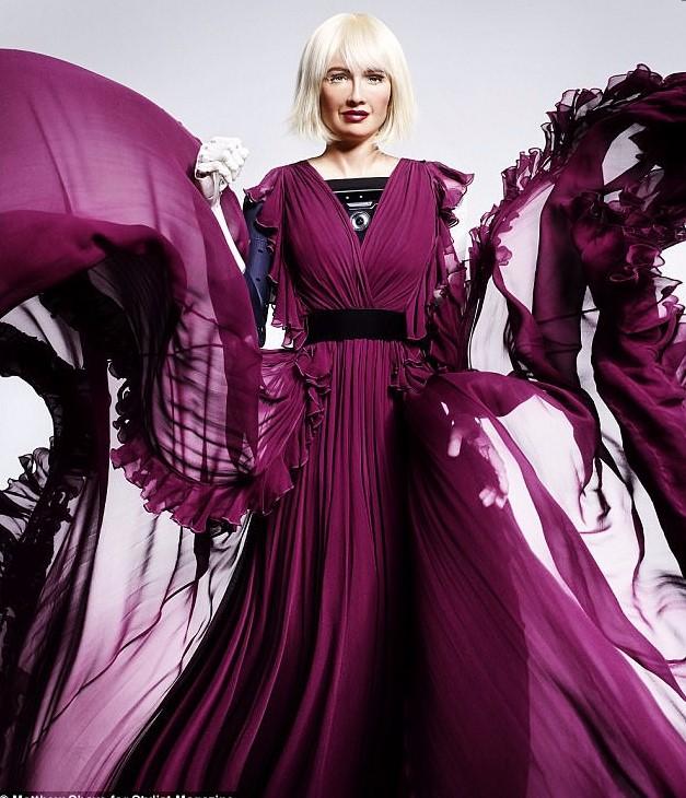 Robot Sophia xuất hiện trên bìa tạp chí thời trang Anh khiến nhiều người lo lắng.1