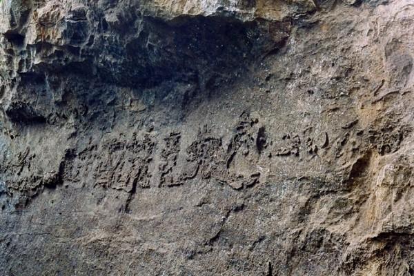 Tảng đá mang thông điệp bí ẩn có từ 270 triệu năm trước - ảnh 1