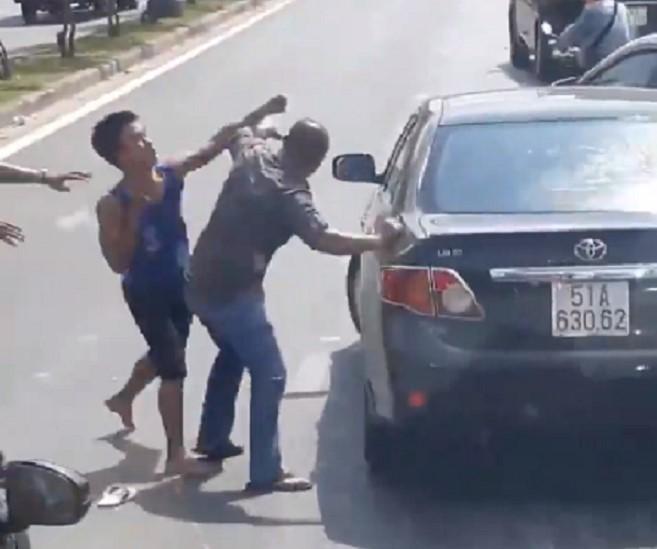 Va chạm giao thông, 2 người đàn ông lao vào đánh nhau như phim chưởng giữa đường phố - 1
