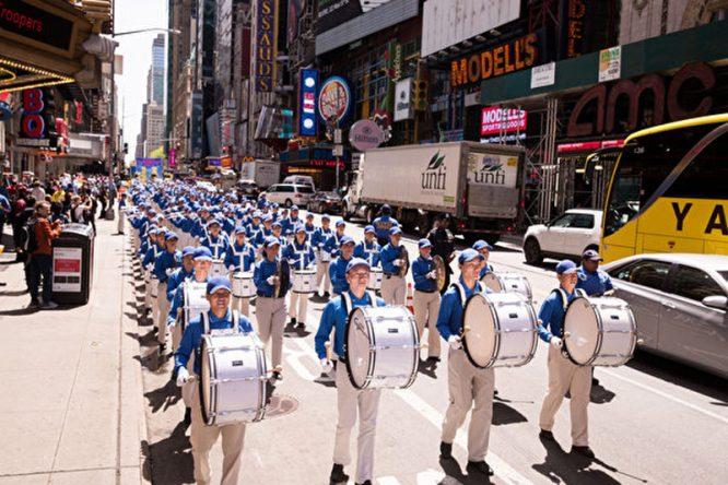 Hàng ngàn người 'xuống đường' tại New York mừng ngày Pháp Luân Đại Pháp Thế giới 13/5/2018 - H5