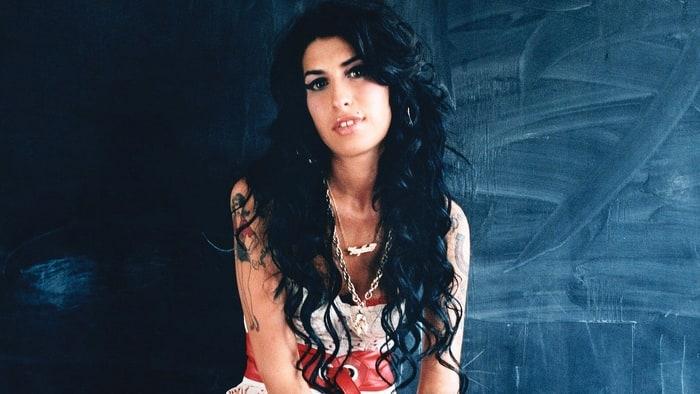 22 nhân vật nổi tiếng bị trừ khử khi cố gắng rời bỏ Hội Illuminati - Amy Winehouse