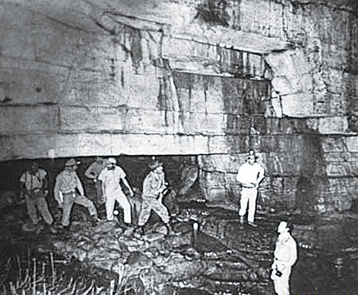 Máy bay vàng ròng B52 xuất hiện trong hang động cổ dài hơn 4.000km - ảnh 2