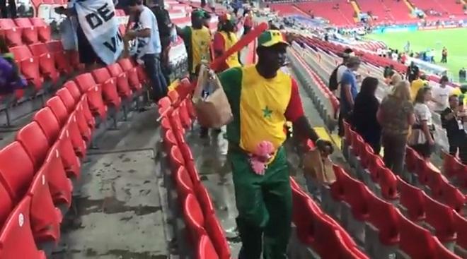 Một video đang lan truyền trên mạng cũng cho thấy họ đang thu gom rác mà các cổ động viên để lại sau trận đấu giữa Senegal và Ba Lan cùng ngày 19/6.