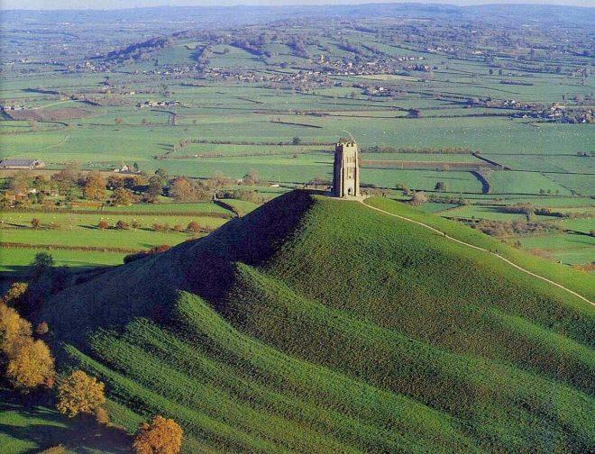 Lối đi hình xoắn ốc dẫn lên đỉnh đồi Glastonbury Torđã bị cỏ bao phủ. Những lỗi đi này được cho là đã có từ thời Trung Cổ. (Ảnh: internet)