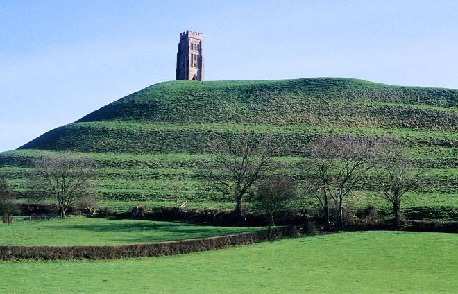 Các lối đi hình xoắn ốc dẫn lên đồi Glastonbury Tornhìn từ xa. (Ảnh: internet)