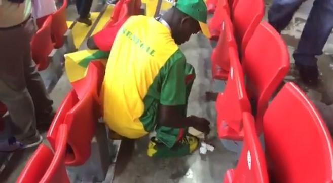 Có vẻ như ý thức bảo vệ môi trường của các fan Nhật Bản còn truyền cảm hứng cho các cổ động viên của Senegal.