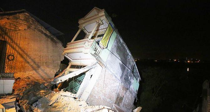Hàng chục ngôi nhà sụp do đập thủy điện Hòa Bình - H1