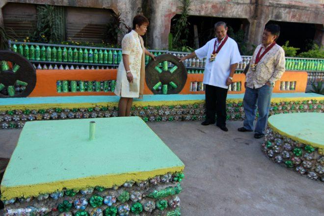 """Dự án Ecobrick: Biến rác thải nhựa thành """"gạch"""" xây nhà H2"""