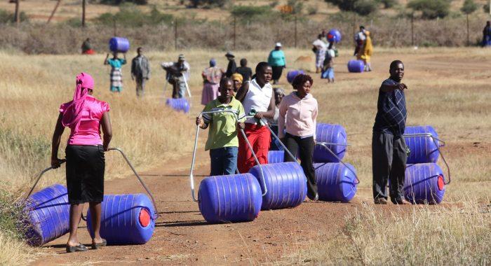 Phát minh chứa nước độc đáo cho người dân châu Phi.1