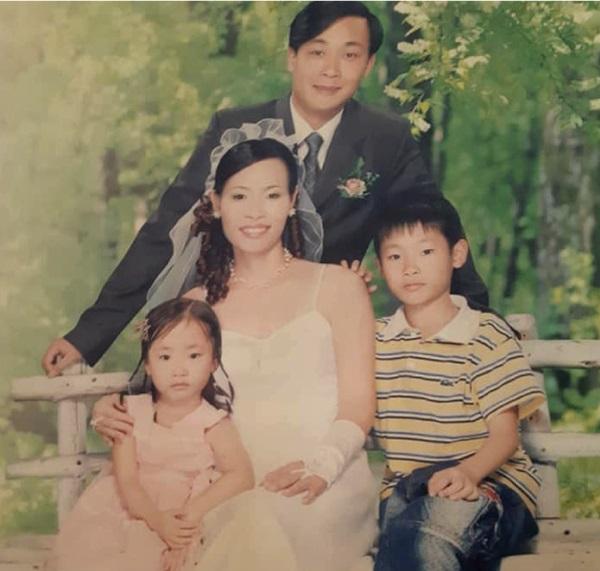Gia đình anh Phùng Anh Việt và con gái trước trước khi tai họa giáng xuống.(Ảnh: ĐKN)