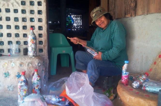 Nhân viên bệnh viện Jane Liwan tạo ra một viên ecobrick mỗi ngày để sửa sang lại ngôi nhà vẫn bị hàng xóm chê cười.