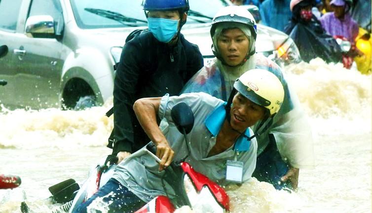 Hàng loạt xe máy bị dòng nước mưa cuốn trôi ở Đồng Nai.1