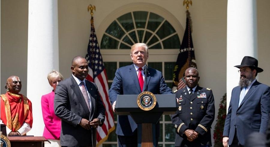 Tổng thống Mỹ Donald Trump tham dự Ngày Cầu nguyện Quốc gia trong Vườn Hoa hồng của Nhà Trắng ở Washington vào ngày 3/5/2018.