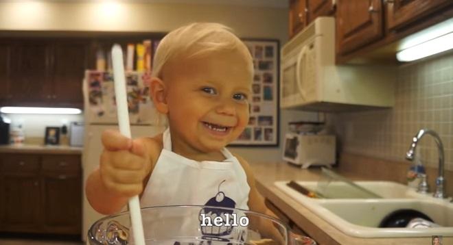 Video: Bếp nhí 2 tuổi dạy làm bánh cực kỳ đáng yêu. 1