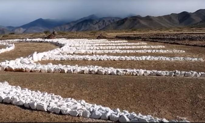Người đàn ông xây bãi đỗ UFO ngay giữa sa mạc vì lý do kỳ lạ.3